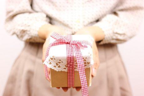 プレゼントを渡す女の子-460x307