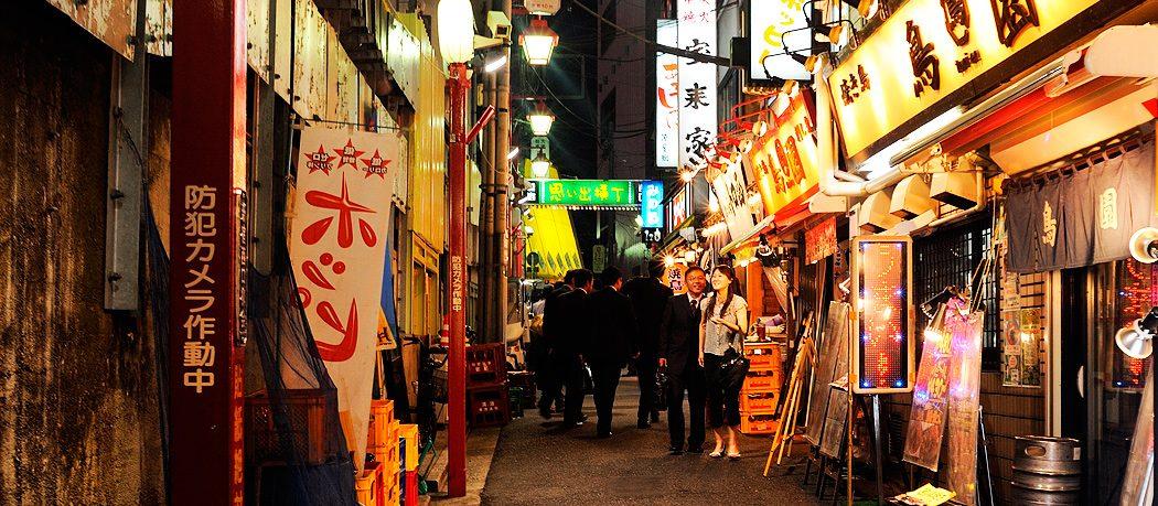 Un voyage vers le bas Omoide Yokocho (Memory Lane) à Shinjuku, Tokyo, Japon. Droit d'auteur 2014 Terence Carter / Grantourismo. Tous droits réservés.