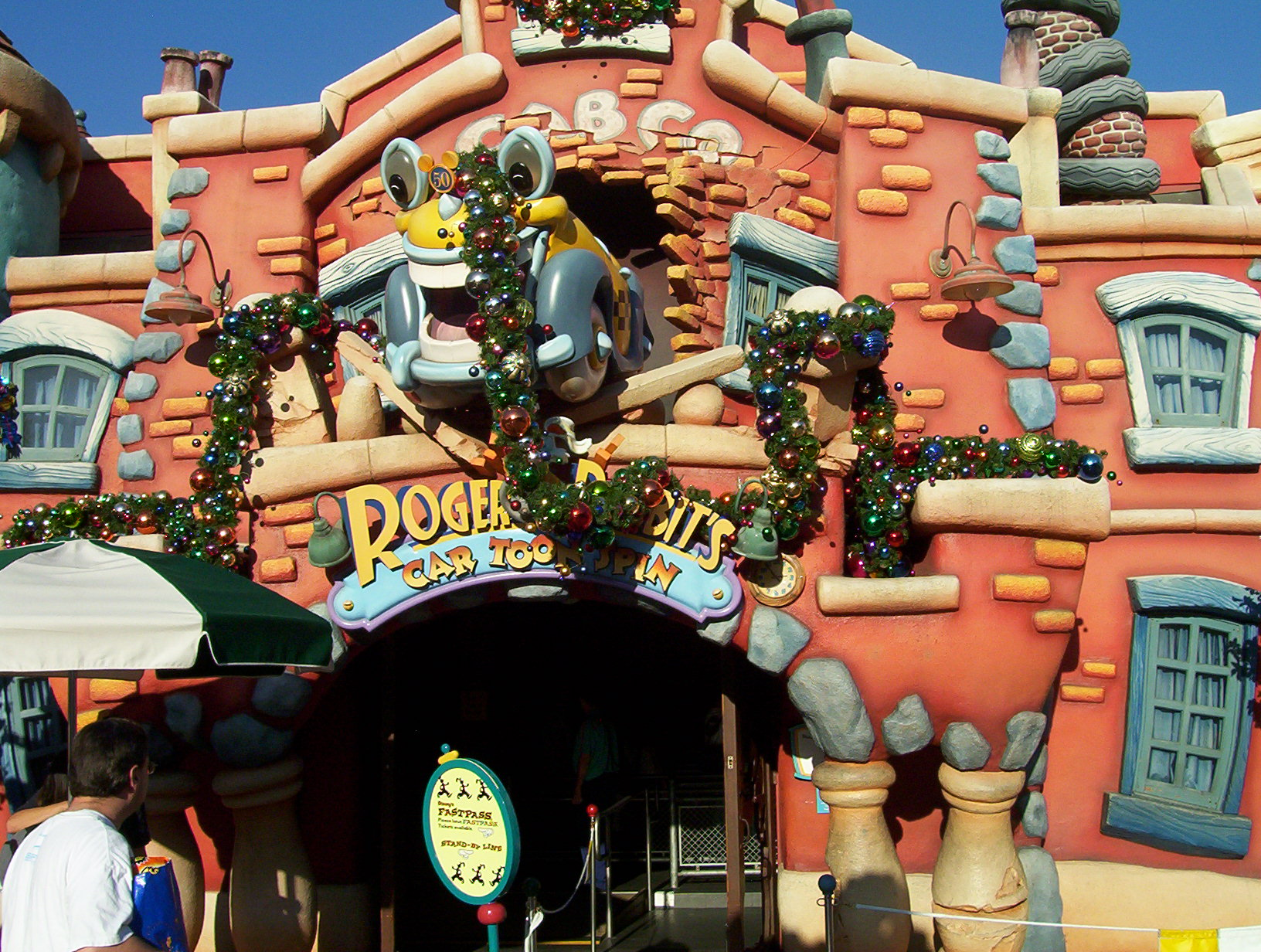 Outdoor_facade_of__Roger_Rabbit's_Car_Toon_Spin__at_Disneyland_(2006)